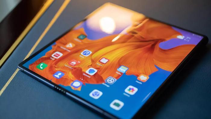 Về cấu hình,Huawei Mate Xđược trang bị chip đa lõi Balong 5000 + Kirin 980 (đây là con chip 7nm 5G đầu tiên của Huawei). Các phiên bản nâng cấp của thiết bị sẽ sử dụng chip Kirin 990 5G.(Ảnh: Cnet)