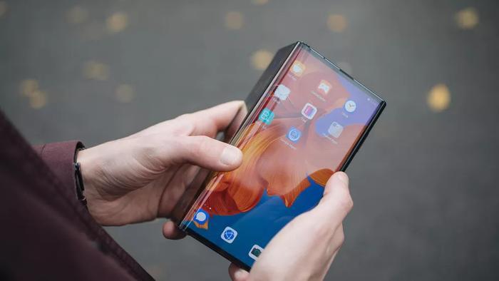Sau Samsung, Huawei cũng công bố điện thoại có thể gập đầu tiên của mình với tên gọi Mate X. Đây là một loại màn hình gập được ví như cánh chim đại bàng và có kích thước 8 inch khi mở ra hoàn toàn.(Ảnh: Cnet)