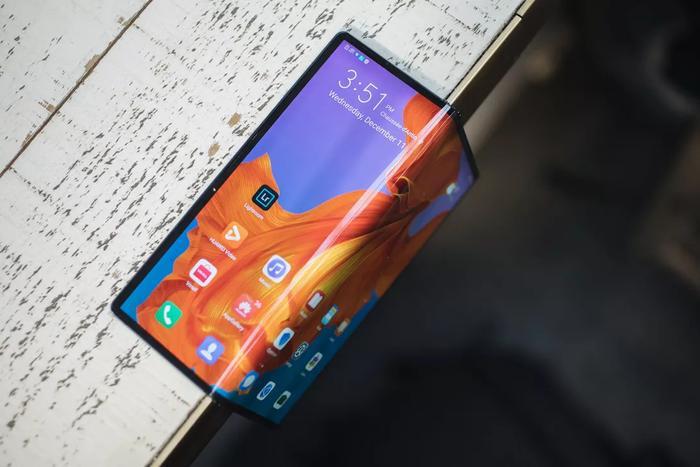 Mate Xcó dung lượng pin 4.500 mAh hỗ công nghệ sạc super charge 55W. Huawei khẳng định đây là công nghệ sạc nhanh nhất thế giới hiện nay. (Ảnh: Cnet)