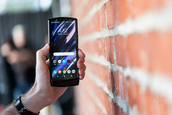 Theo Motorola, màn hình Flex View được làm từ một tấm nền duy nhất, bảo vệ bởi lớp phủ đặc biệt do hãng này tự phát triển để chống trầy xước, kết hợp thêm một lớp phủ nano chống va đập.(Ảnh: The Verge)