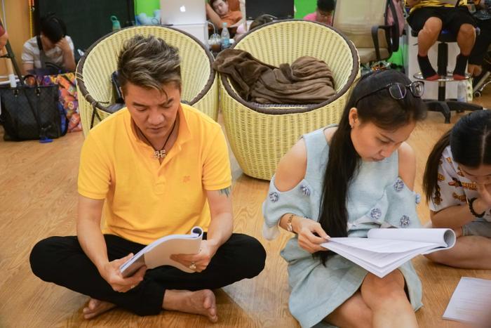 Đàm Vĩnh Hưng chăm chú tập kịch cùng các nghệ sĩ