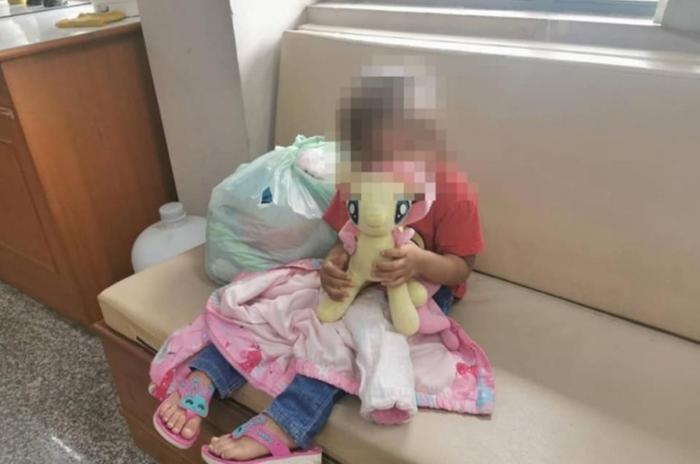 Trên tay cô bé là một túi đồ rách lỗ chỗ, ít ỏi đến đáng thương.