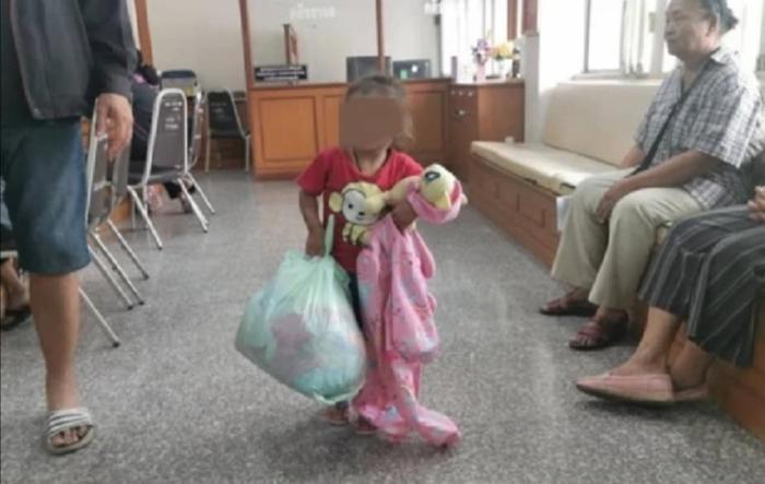 Bé gái 2 tuổi bị mẹ bỏ rơi ở trung tâm phúc lợi xã hội.