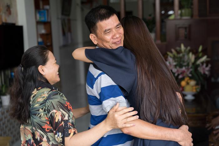 Á hậu Kim Duyên giúp bố mẹ bán cơm, fan trầm trồ ngắm cậu em trai chuẩn mỹ nam châu Á ảnh 0