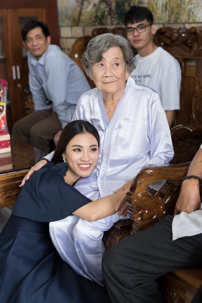 Á hậu Kim Duyên giúp bố mẹ bán cơm, fan trầm trồ ngắm cậu em trai chuẩn mỹ nam châu Á ảnh 1