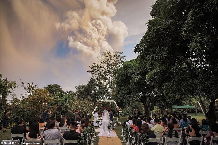 Cặp đôi tổ chức lễ cưới trong tiếng chúc phúc của người thân, bạn bè.