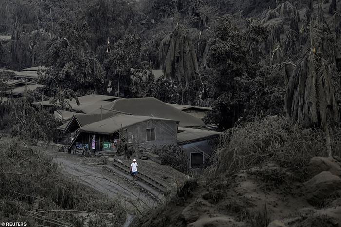 Một ngôi làng ở Batangas giữa lúc núi lửa phun khói mịt mù.