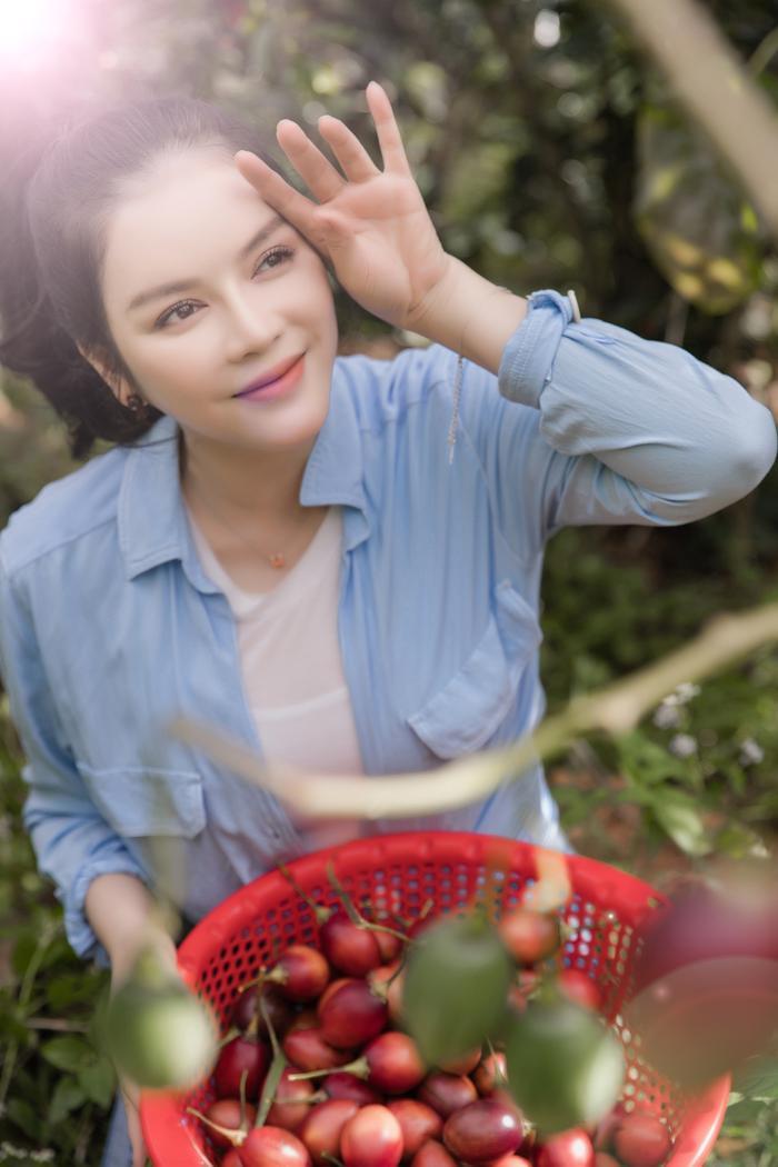 Ký Nhã Kỳ rạng rỡ thu hoạch cà chua, tiết lộ bí quyết giữ nhan sắc trẻ trung, xinh đẹp