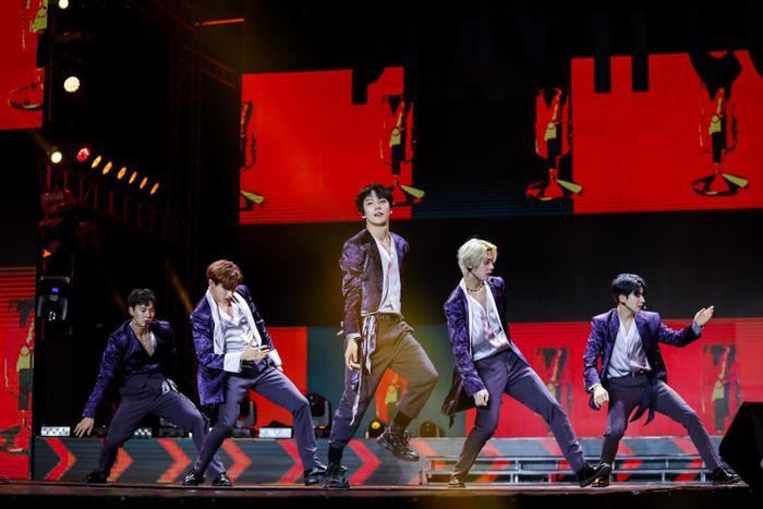 """MONSTA X chiêu đãi fan Việt với 4 ca khúc """"Play It Cool"""", """"Oh My"""", """"Rodeo"""" và """"Follow"""" cùng vũ đạo."""