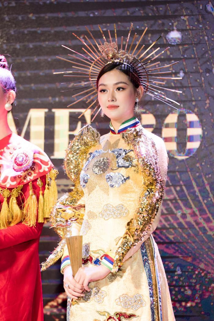 """Á hậu Tường San và Trang phục dân tộc đẹp nhất Hoa hậu Quốc tế 2019 – """"Rồng chầu mặt trời""""."""