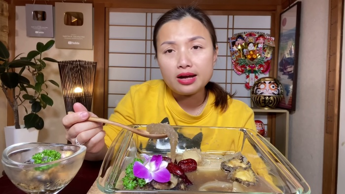 Do chính sách mới của YouTube, nên từ nay về sau bé Sa sẽ không thể đồng hành cùng mẹ Quỳnh Trần trong những vlog mới. (Ảnh: Quỳnh Trần JP/YouTube)