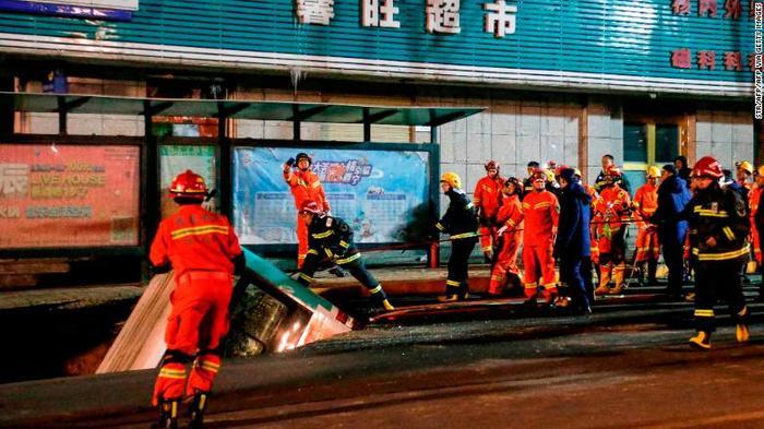 Lính cứu hỏa nỗ lực giải cứu chiếc xe rơi xuống hố tử thần.
