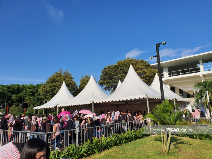Bất chấp thời tiết oi bức, rất nhiều fan đã có mặt từ sớm, xếp hàng chờ được gặp thần tượng.