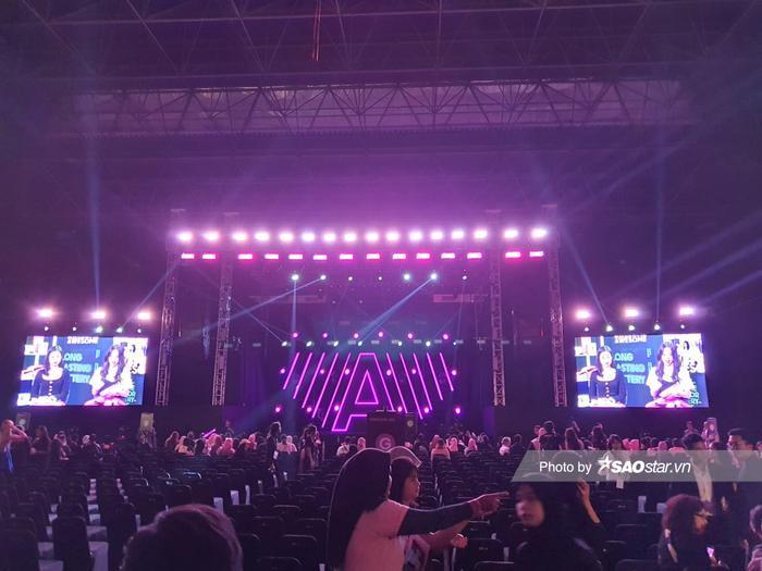 Sân khấu trước giờ G.
