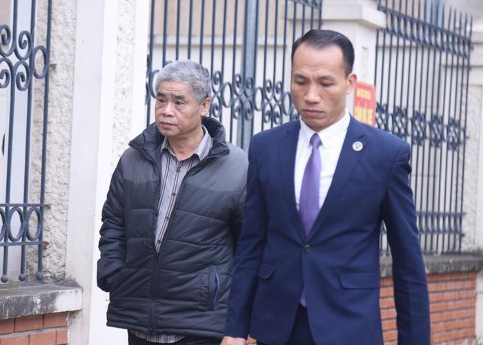 Tài xế Doãn Quý Phiến cùng luật sư đến phiên tòa.