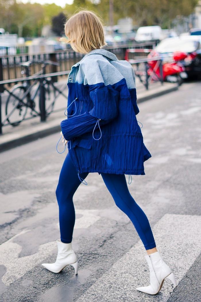 Áo jeans hai sắc độ mix cùng legging màu sắc là một gợi ý hay.
