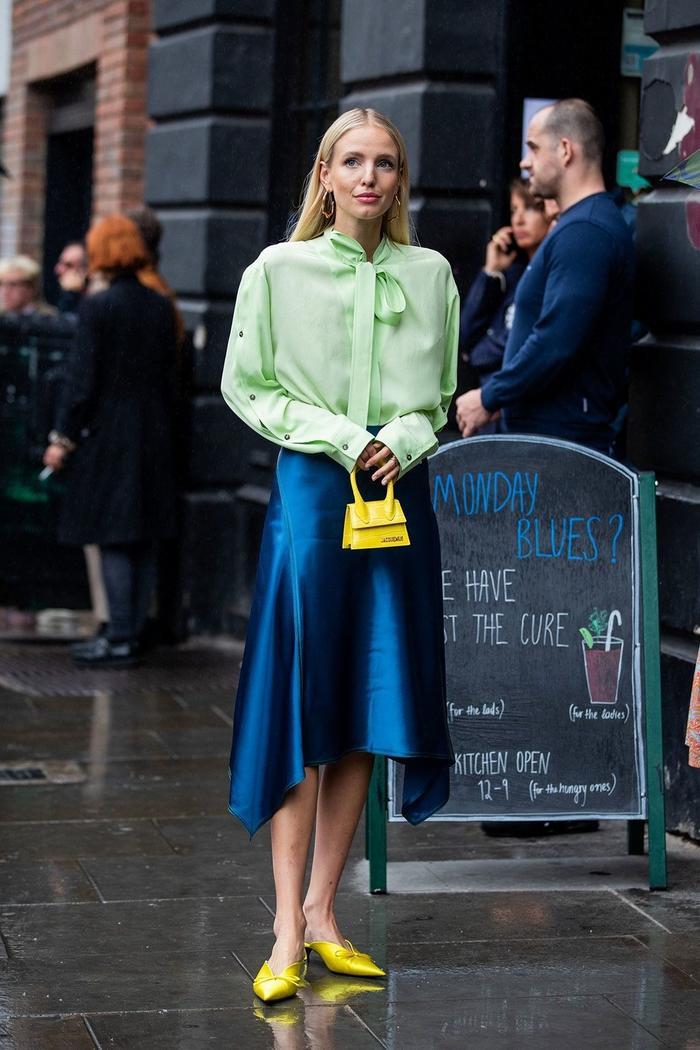 Chân váy lụa với sắc xanh tuyệt đẹp chắc chắn sẽ giúp các nàng thêm nổi bật trong dịp đầu năm mới. Nhưng nên cẩn thận bởi dạng đồ này rất dễ bị nhăn.
