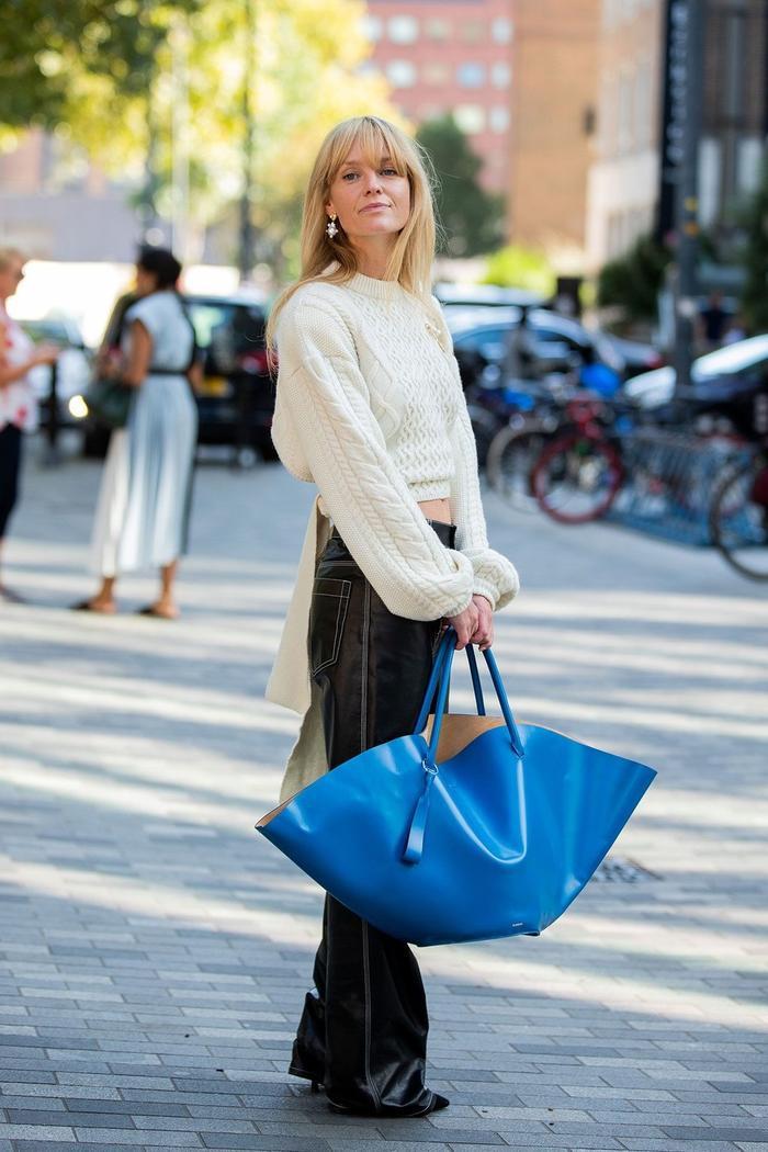 Vẫn sử dụng những món đồ bình thường, nhưng chính chiếc túi xanh bản to đã khiến set đồ trendy hơn bao giờ hết.