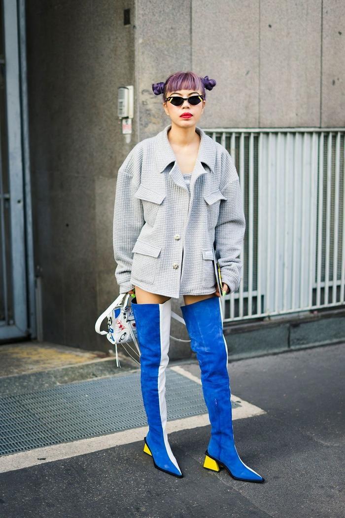 Boots cổ cao quá gối màu sắc, nổi bật là item khá khó mang, nhưng cô bạn này đã chinh phục nó một cách hoàn hảo.