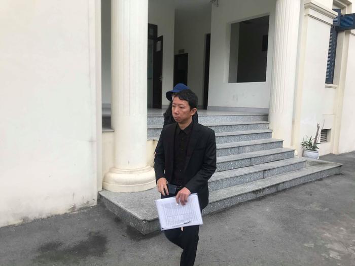 Anh Sơn cùng người thân bước ra khỏi tòa.