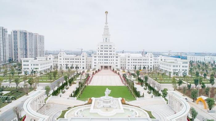 Trường được xây dựng tại một trong những khu đô thị hiện đại bậc nhất của thủ đô Hà Nội