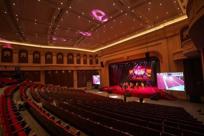 Hội trường bên trong Đại học VinUni – nhìn chẳng khác nào những nhà hát đẳng cấp quốc tế