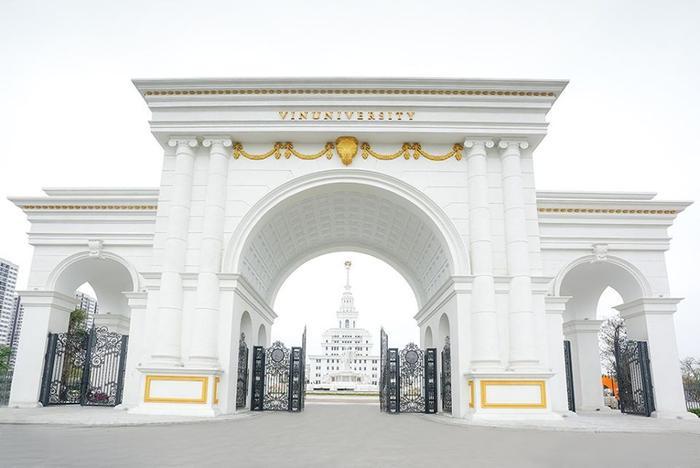 Cổng trường được xây dựng trang trọng, tương tự như các ngôi trường của châu Âu