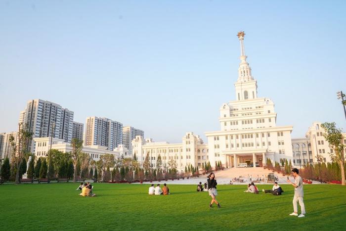 Nhà trường cũng thiết kế nhiều mảng xanh trong khuôn viên, gợi lên hình ảnh của các ngôi trường đại học hàng đầu thế giới