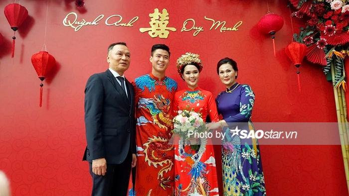 Duy Mạnh và Quỳnh Anh hạnh phúc trong ngày đám hỏi.