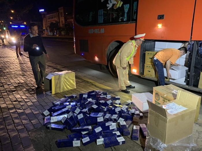 """Cơ quan công an kiểm tra phát hiện 1000 bao thuốc lá lậu đựng trong thùng hàng ghi chữ """"Đồ thờ cúng"""". Ảnh: báo Pháp Luật TP.HCM"""