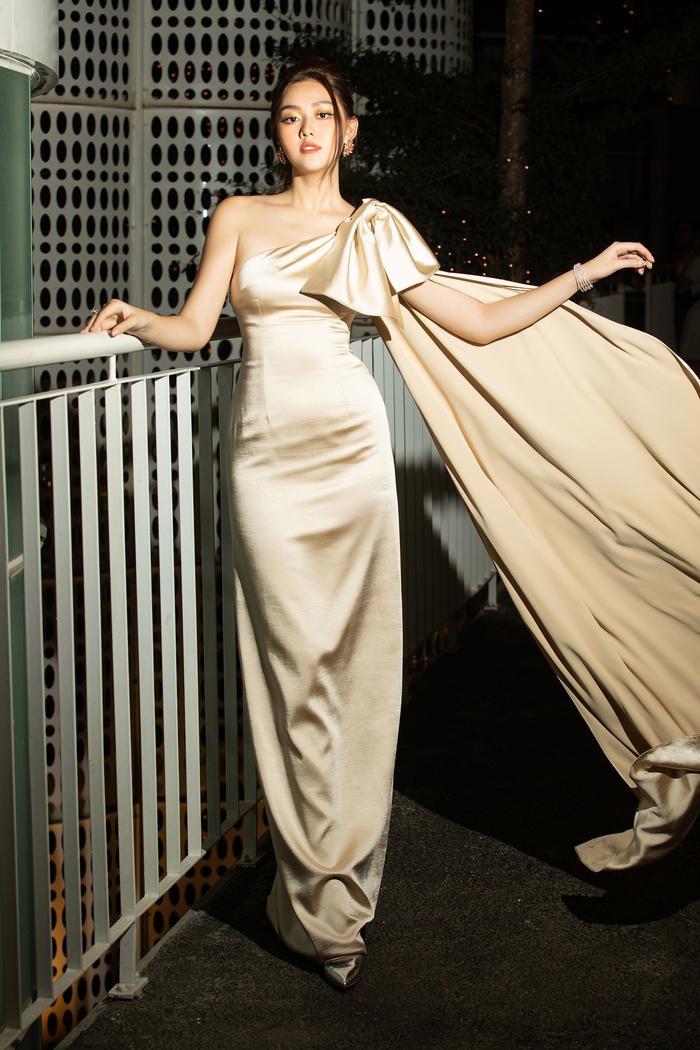 Á hậu Tường San khoe vẻ đẹp đầy ngọt ngào, trang nhã trong bộ cánh mềm mại cùng chiếc nơ to bản trên vai để tạo điểm nhấn