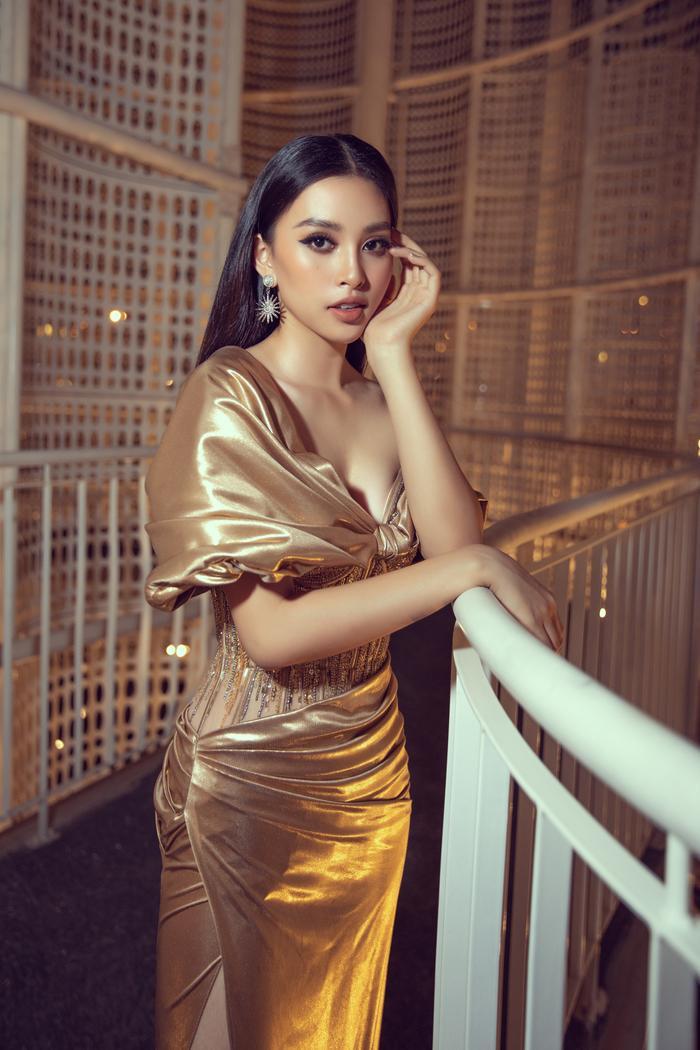 Trần Tiểu Vy với vẻ đẹp chuẩn quốc tế cùng đường cong quyến rũ được khéo léo thể hiện qua chiếc váy chiếc váy vàng gold cắt xẻ tinh tế.