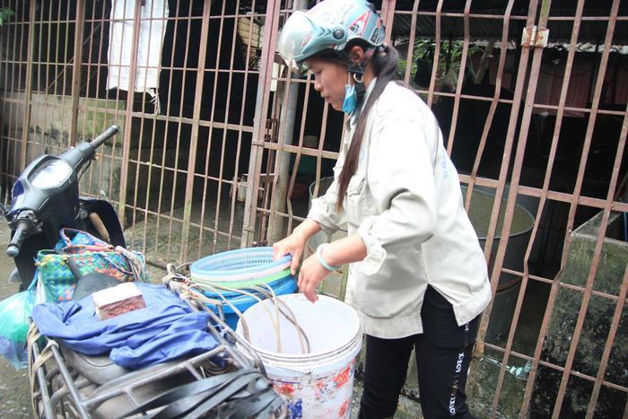 Tiểu thương đang hối hả lấy cá mang về bán cho những hộ dân mua cúng ông Công ông Táo.