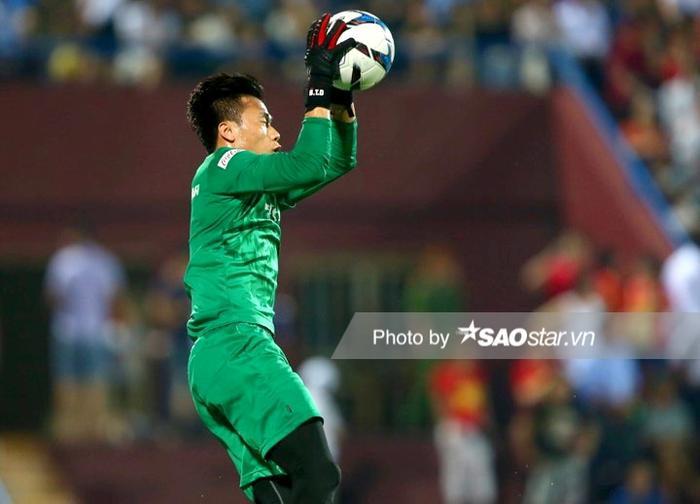 Thủ môn Bùi Tiến Dũng mắc sai lầm khiến U23 Việt Nam nhận bàn thua đáng tiếc trước U23 Triều Tiên.