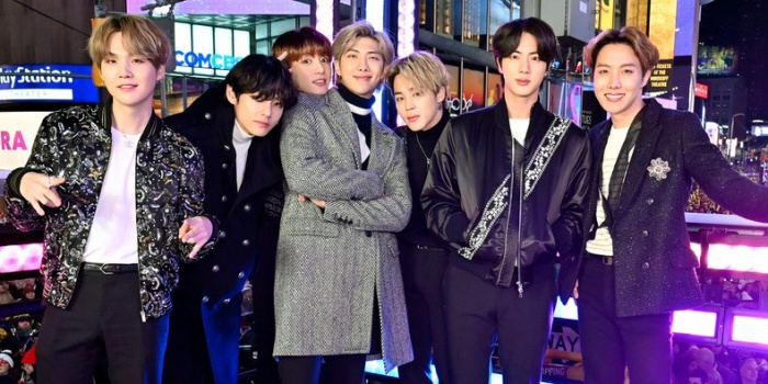 Tay trống đình đám Roger Taylor đã tiết lộ rằng họ đã được truyền cảm hứng bởi BTS khiến người hâm mộ không khỏi bất ngờ xen lẫn tự hào