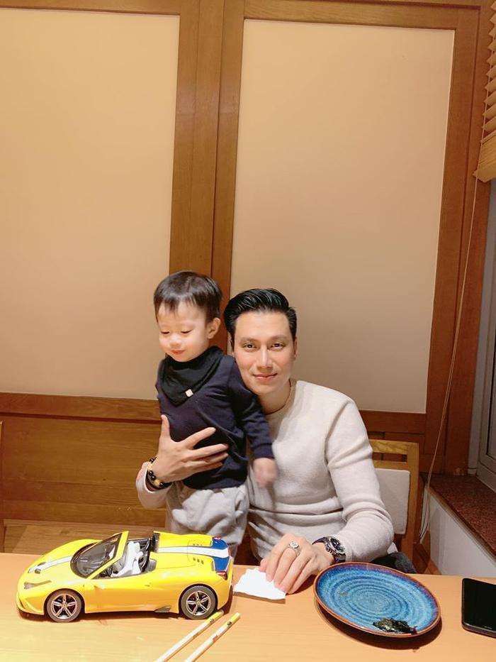 Việt Anh và vợ cũ hội ngộ đưa con trai tới trường, mối quan hệ bớt căng thẳng ảnh 3