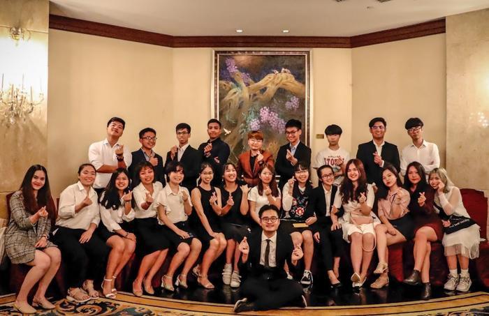 """Hội sinh viên Việt Nam tại Singapore – VNYA chụp hình lưu niệm tại khách sạn Shangri La – địa điểm tổ chức """"Tết cộng đồng"""""""