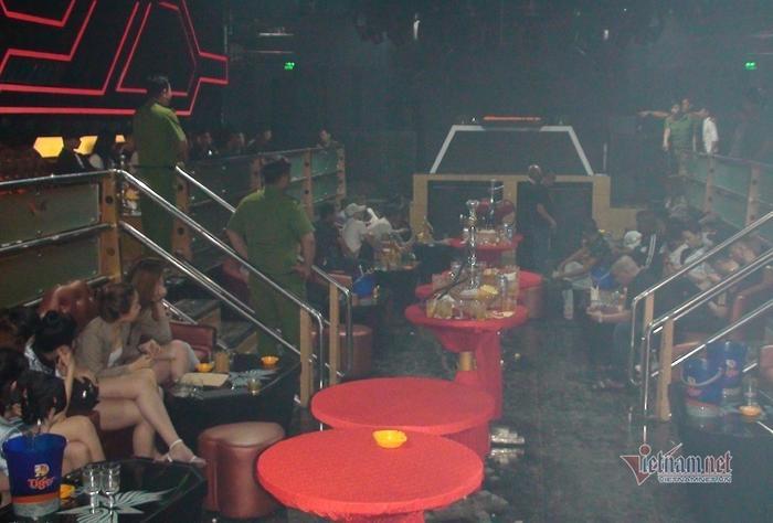 Công an kiểm tra quán bar Holiday Club. Ảnh: Vietnamnet