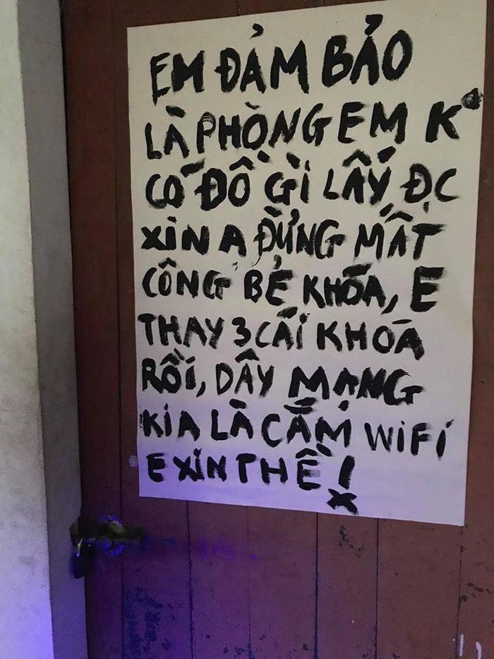 Lời xin tha của nam sinh viên được treo trước cửa phòng trọ. Ảnh: Hung Nguyen/Group Không Sợ Chó