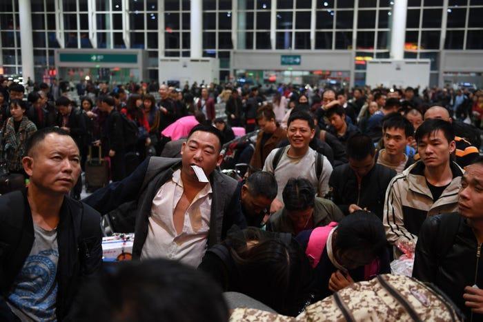 Rất đông hành khách chờ lên tàu K4526 tại ga xe lửa phía đông Thâm Quyến, phía nam tỉnh Quảng Đông hôm 9/1. Ảnh: Tân Hoa xã