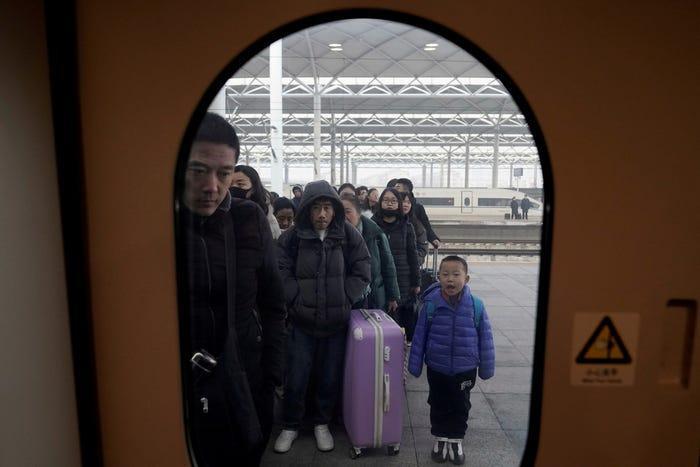 """Hành khách xếp hàng để lên tàu tại một nhà ga đường sắt ở Thạch Gia Trang, tỉnh Hà Bắc. Kỳ """"Xuân vận"""" năm nay diễn ra trong bối cảnh căn bệnh viêm phổi lạ bùng phát ở Vũ Hán khiến giới chức phải áp dụng các biện pháp phòng ngừa tăng cường. Ảnh: Reuters"""