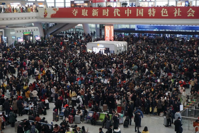 """Đặc kín người chờ tại nhà ga phía đông Hàng Châu, tỉnh Chiết Giang, Tình trạng tương tự cũng xảy ra ở các trạm xe buýt, bến tàu, sân bay và phà. Ngành đường sắt Trung Quốc dự kiến phục vụ 440 triệu hành khách, tăng 32,6 triệu người so với năm ngoái. Trong khi đó, ngành hàng không đón hơn 17.000 chuyến bay diễn ra mỗi ngày, tăng 13,3% so với năm trước. Khoảng 790.000 xe khách với sức chuyên chở tổng cộng 20,3 triệu hành khách và 19.000 tàu thủy với năng lực vận chuyển khoảng 830.000 hành khách sẽ hoạt động trong khoảng thời gian """"Xuân vận"""". Ảnh: Getty"""