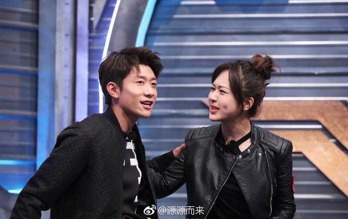 Nắm tay Dương Tử trên sân khấu, Trương Nhất Sơn bị ném đá không xứng đứng cùng cô bạn thân ảnh 2