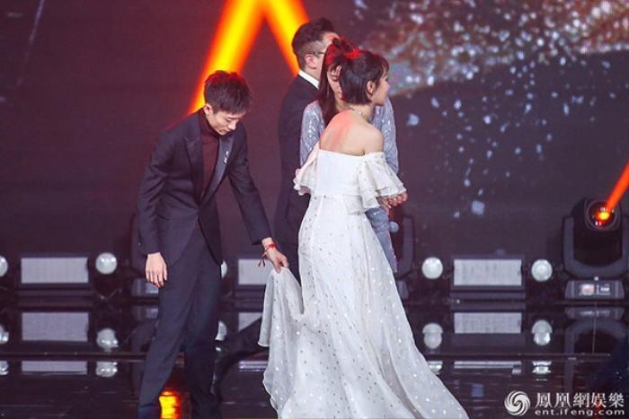 Nắm tay Dương Tử trên sân khấu, Trương Nhất Sơn bị ném đá không xứng đứng cùng cô bạn thân