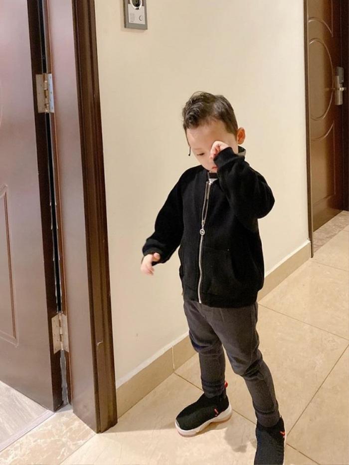 """Được biết, cậu bé vừa được mẹ diện đồ khá """"bảnh tỏn"""" để về quêquê tảo mộ cụ trong những ngày cận tết Nguyên đán."""