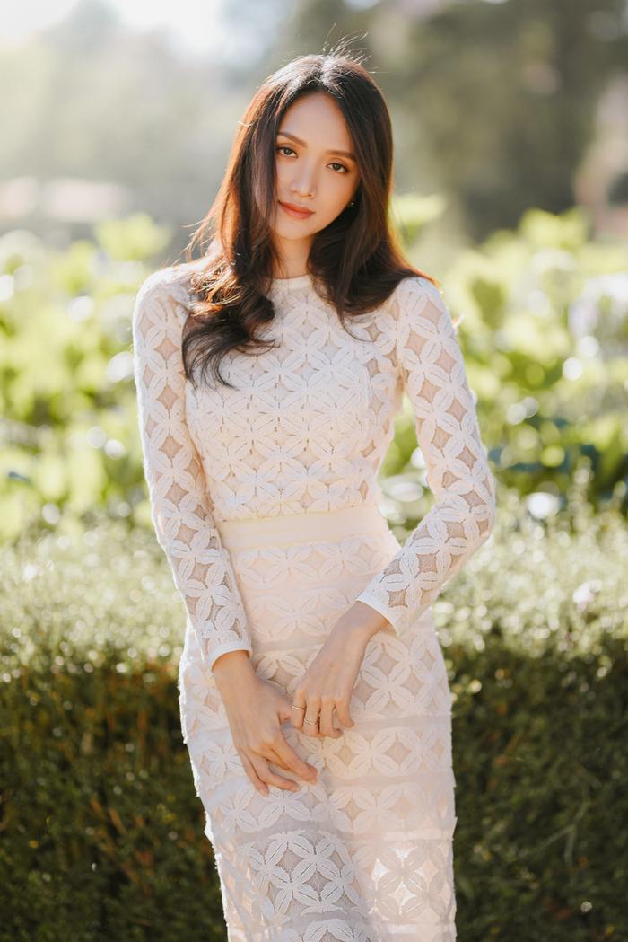 Hương Giang khoe gương mặt xinh như nữ thần.