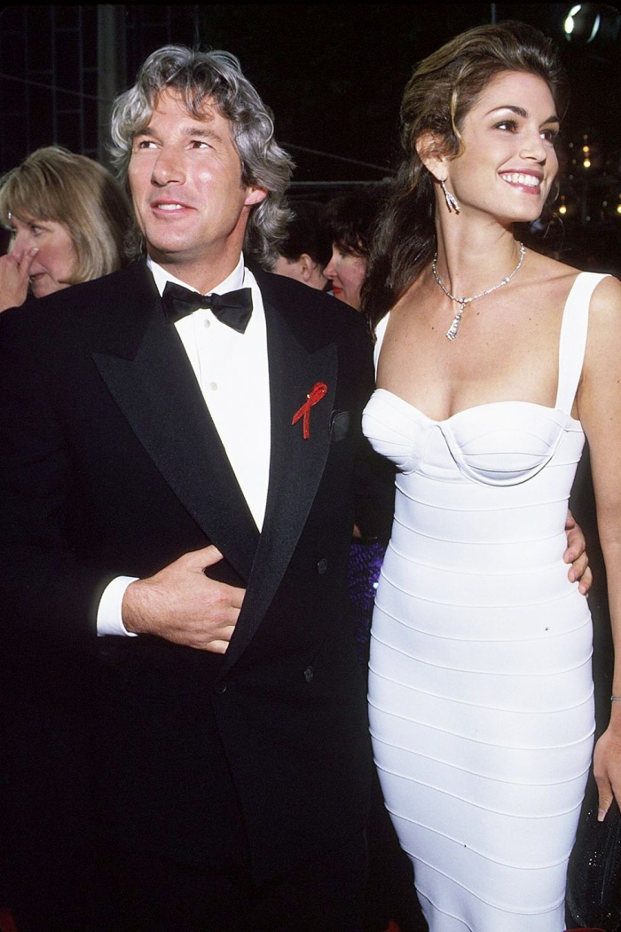 Trong lúc chờ thảm đỏ sáng đèn, cùng điểm lại 27 chiếc váy gợi cảm nhất lịch sử Oscar ảnh 10