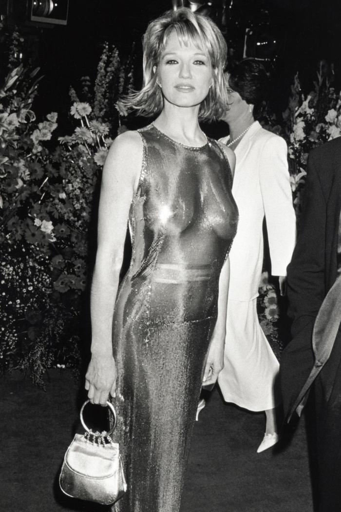 Trong lúc chờ thảm đỏ sáng đèn, cùng điểm lại 27 chiếc váy gợi cảm nhất lịch sử Oscar ảnh 11