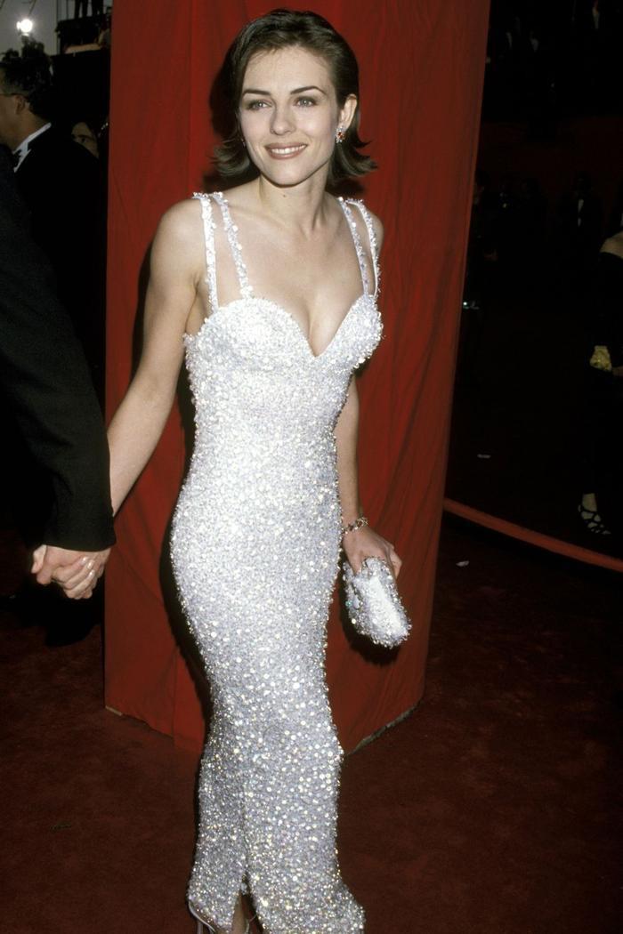 Trong lúc chờ thảm đỏ sáng đèn, cùng điểm lại 27 chiếc váy gợi cảm nhất lịch sử Oscar ảnh 12