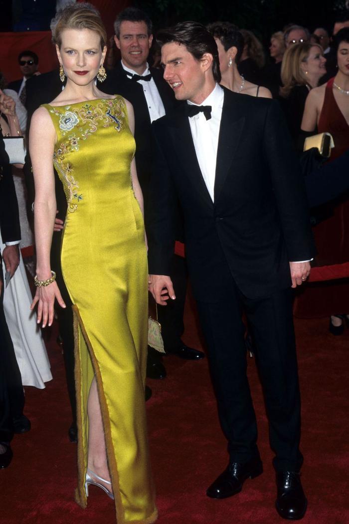 Trong lúc chờ thảm đỏ sáng đèn, cùng điểm lại 27 chiếc váy gợi cảm nhất lịch sử Oscar ảnh 13